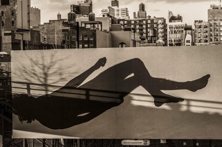 Billboard reflecting shadow of High Line