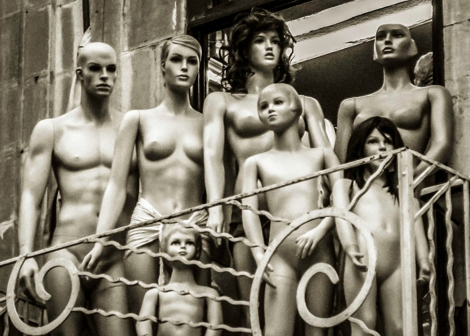 Damascus memories: naked display dummies on the blacony