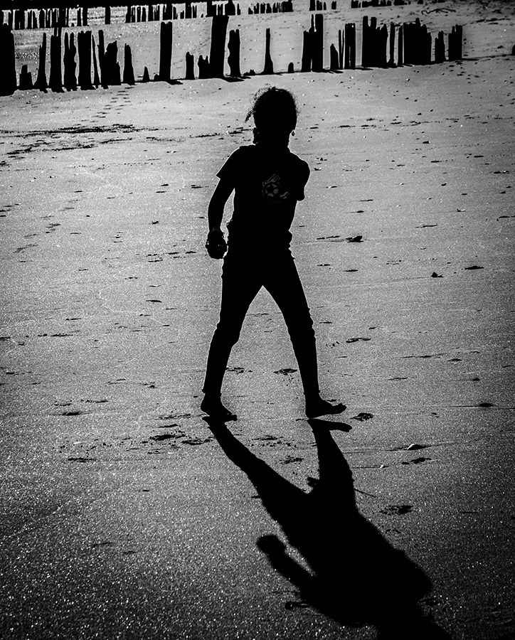 Monochrome: Silhouette of young girl on b/each