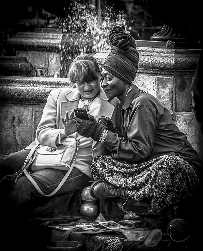 Monochrome - Candid - Two women and a smartphone