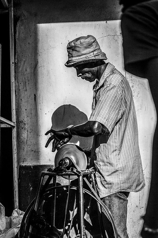 B&W photograph of Kenyan grinder - Eastleigh